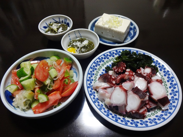 タコ刺身と野菜サラダの夕食